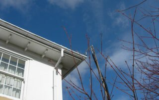 High level gutter with high pressure vacuum cleaning