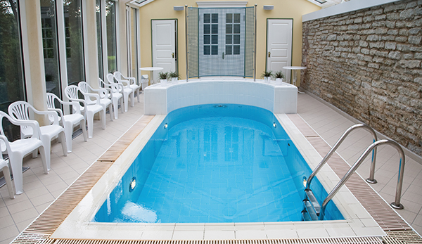 Swimming pool spray cleaning